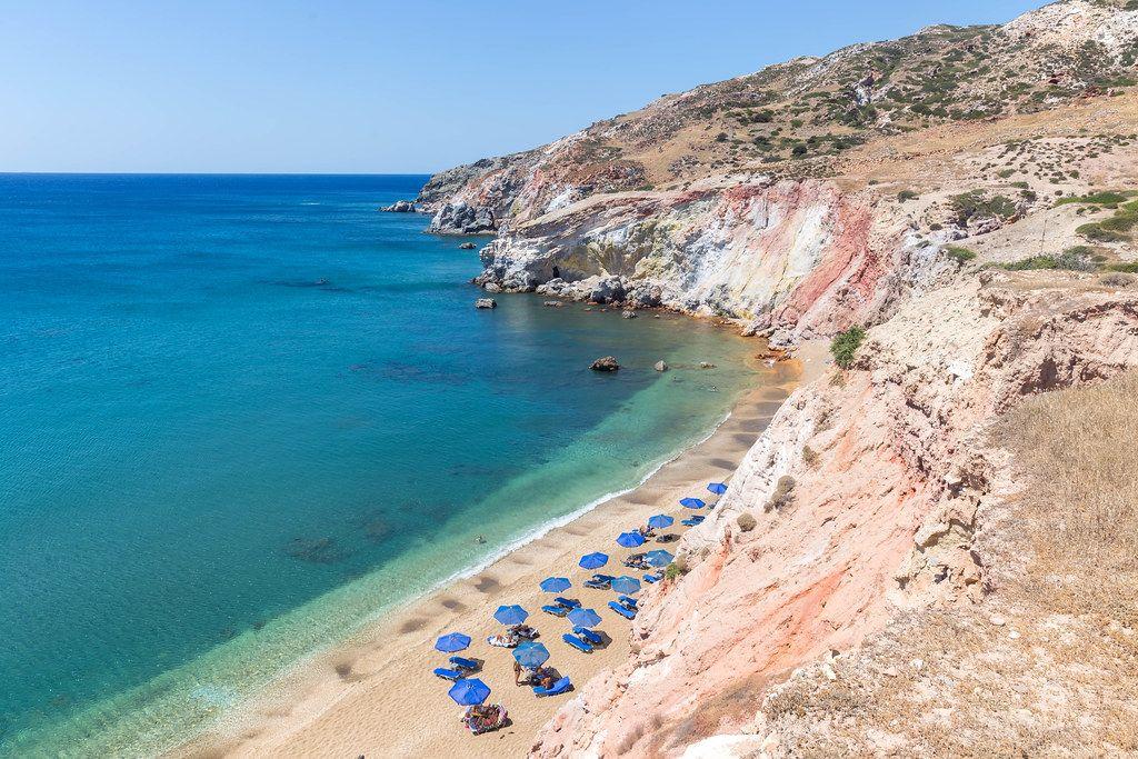Einer der populärsten Strände auf Milos: Paliochori Beach mit der Deep Blue Beach Bar