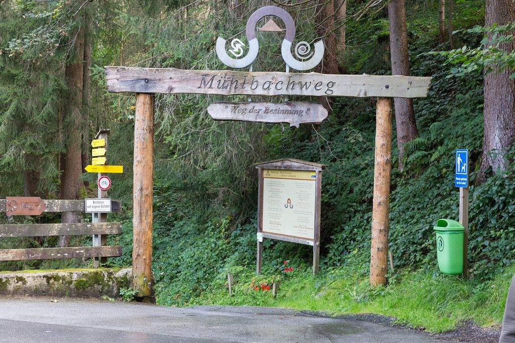 Eingang zum Mühlbachweg - Weg der Besinnung. Kinderwagentauglicher Rundweg bei Alpbach