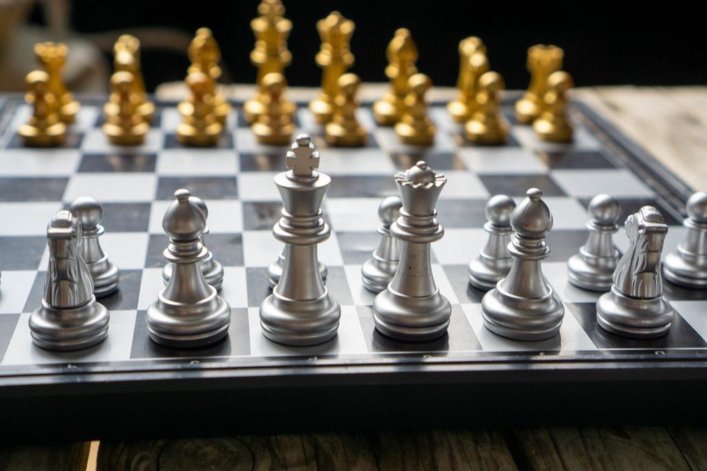 Faltbares Magnetisches Schachbrett mit magnetischen Figuren in Silber und Gold in der Anfangsstellung Nahaufnahme