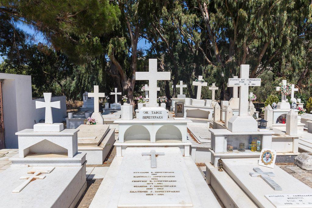 Familiengrab mit Kreuz und Namen der begrabenen Familienmitglieder. Friedhof Agios Charalampos