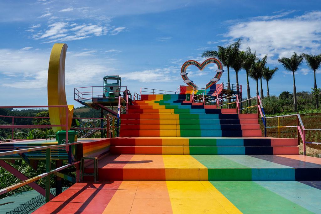 Farbenfrohe Treppen führen zu einem großen Herz mit anderen Fotostellen auf dem Weg am Me Linh Coffee Garden in Da Lat, Vietnam