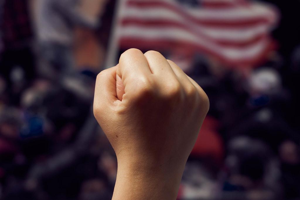 Faust hoch vor einer US-Amerikanische Flagge: Ansturm von Trump-Unterstützer auf das Kapitol