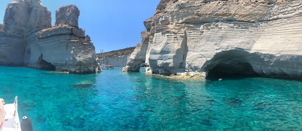 Felsen, Höhlen und türkises Meer in der Bucht Kleftiko vor der griechischen Insel Milos