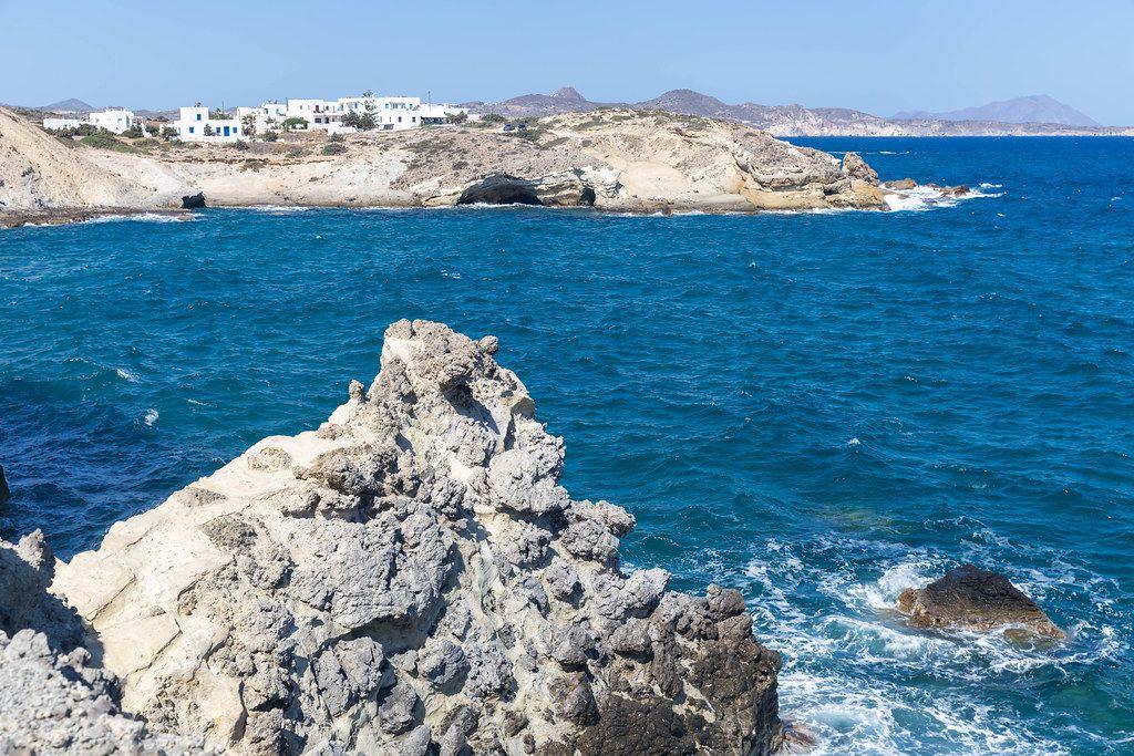 Felsen, Klippen und weiß-blaue Häuser am Meer in der südlichen Ägäis an der Nordküste von Milos