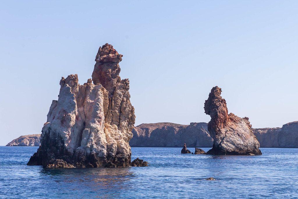 Felsformationen vor der Küste. Fourkovouni auf Milos, Griechenland