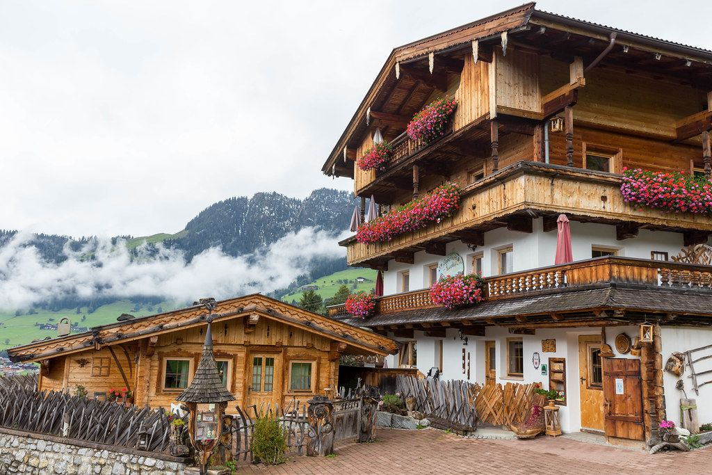 Ferienhäuser mit den Bergen im Hintergrund in Alpbach, Österreich