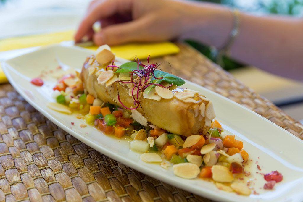 Feta Käse mit Filo-Teig, Gemüse-Chutney, gerösteten Mandeln und Honig bei Agapanto, Puerto de Sóller