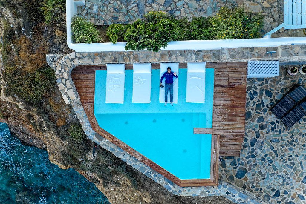 Fotografieren mit dem Drohnen aus dem Liegestuhl beim Pool vom Iliada Suites Hotel auf Naxos