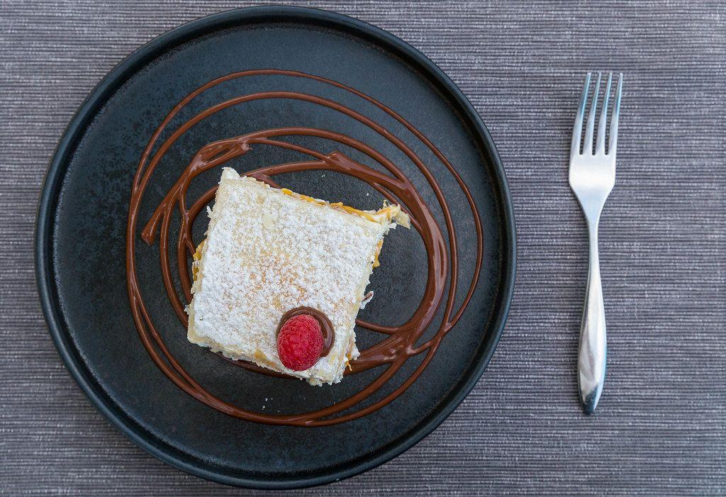 Französischer Nachtisch: Pfirsich-Sahne-Mille-Feuille mit Schokoladensauce. Villa Vegana, Selva, Mallorca