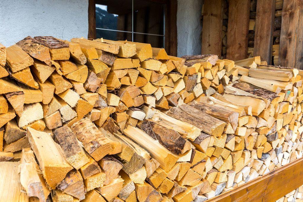 Frisch geschnittenes Brennholz außerhalb eines Ferienhauses in Alpbach, Österreich
