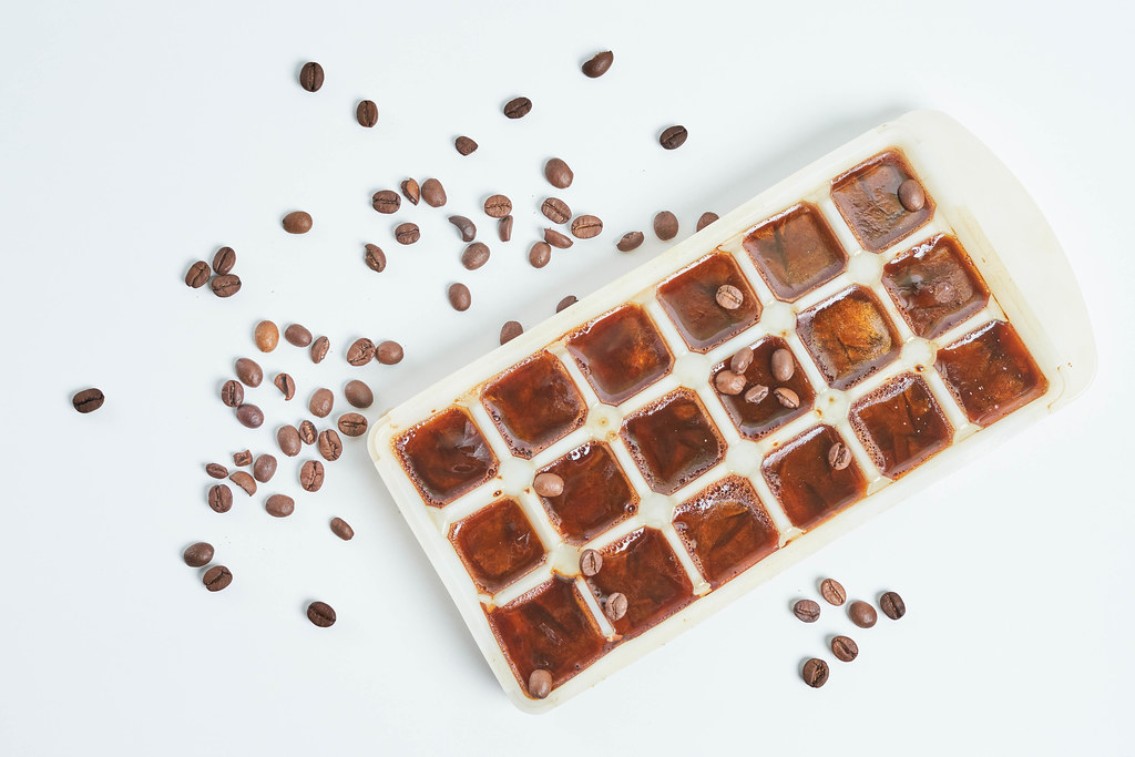 Frozen coffee cubes for preparing refreshing coffee drinks