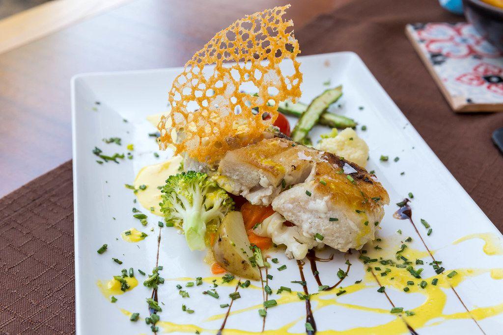 Fusionküche: wilder Croaker (Weißfisch) Filet auf dem Grill mit Salzflocken bei Q11 in Pollença