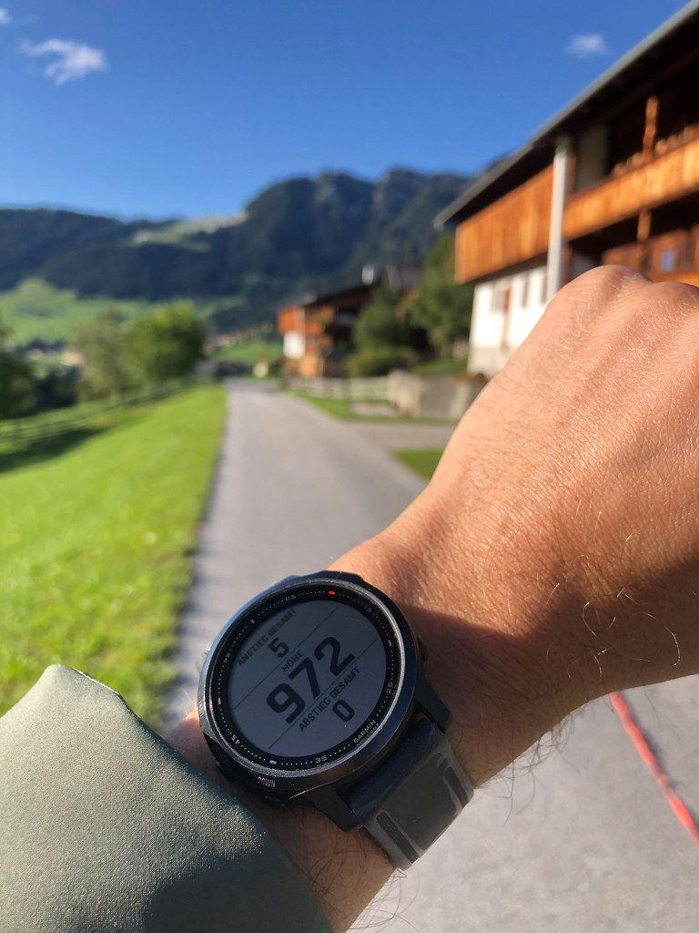 Garmin Smartwatch mit Höhenmesser zeigt Anstieg, Abstieg und Höhe während einer Wanderung