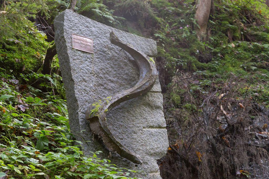 Gedankenfluss: Skulptur zur Auflösung negativer Gedanken. Auf dem Mühlbachweg in Alpbach