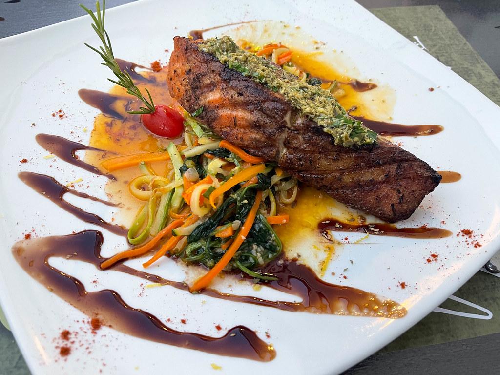 Gegrillter Lachs mit Gemüsestreifen, Kräutern und Sauce beim Olivo Restaurant auf Skopelos