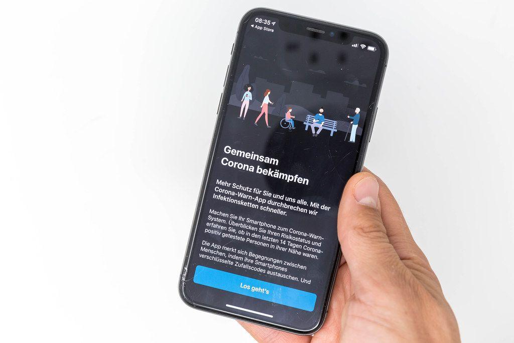 Gemeinsam das Coronavirus bekämpfen: die Corona-Warn-App auf dem Smartphone installieren