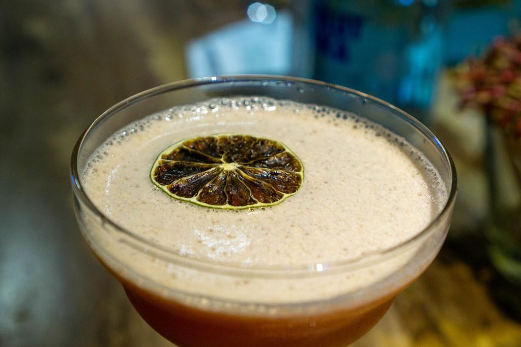 Getrocknete Orangenscheibe auf einem Erdbeer Daiquiri im Cocktail Glas in einer Bar Nahaufnahme