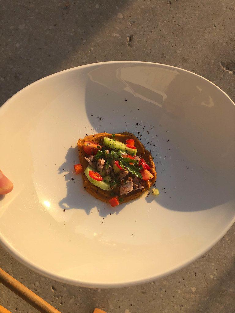 Griechische Beilage mit buntem Gemüse wie Gurken, Tomaten und Paprika auf einer Creme