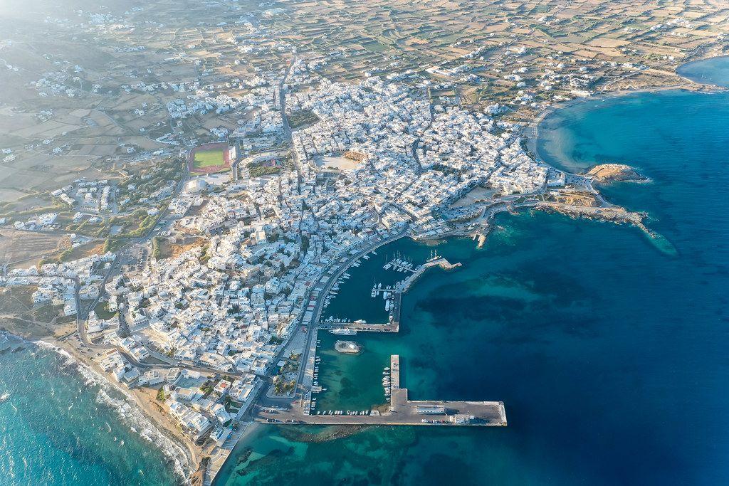 Griechische Insel: Luftbild der Stadt Naxos mit dem Hafen und dem Agios Georgios Strand