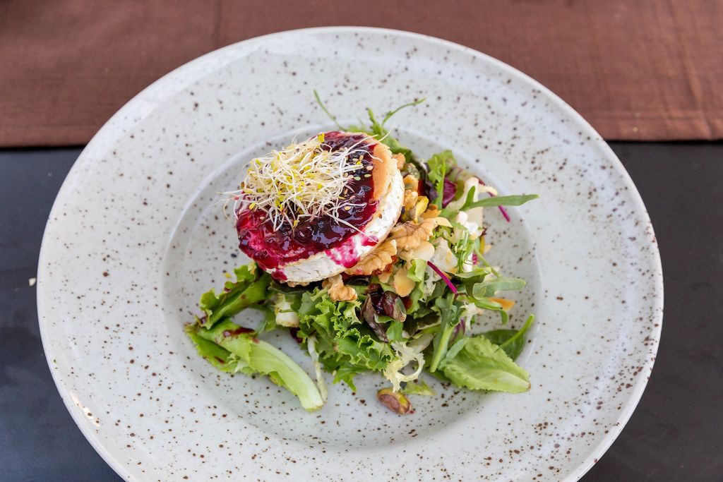 Grilled goat cheese with lettuce, walnuts, pistachios and red fruit dressing at Q11 restaurant in Pollença