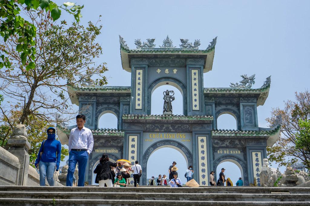 Großes Steintor mit Chinesischen Schriftzeichen, Verzierungen und Statuen bei der Linh Ung Pagode auf der Son Tra Halbinsel in Da Nang, Vietnam