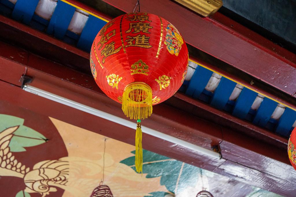 Hängende Rote Papier-Laterne mit Goldenen Chinesischen Schriftzeichen in der Phuc Kien Pagode in der Altstadt von Hoi An, Vietnam