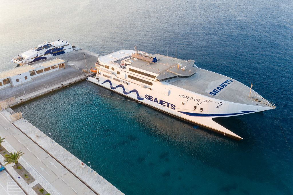 Hafen von Adamantas, Milos: Inselhüpfen mit Fähre und Katamaran von Seajets in der Ägäis