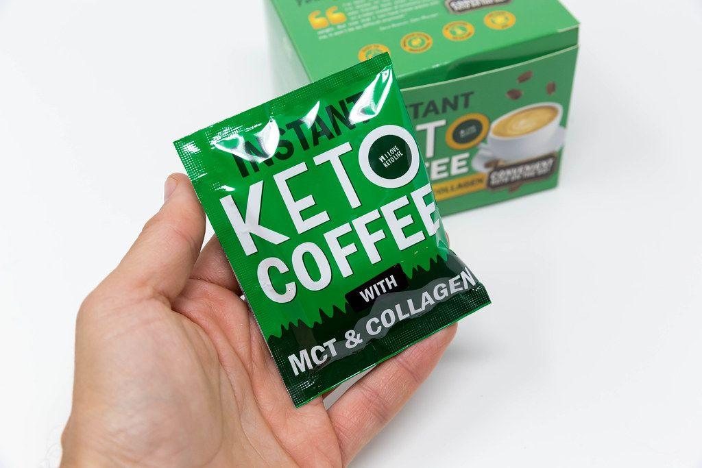Hand hält grüne Packung von instant Keto Kaffee von ILoveKetoLife mit Kollagen und MCT