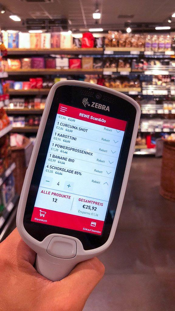 Handscanner von Rewe Scan&Go. Produkte selbst scannen und im Supermarkt schneller einkaufen