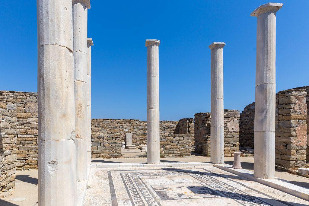 Haus der Kleopatra auf Delos: Privathaus mit großem Raum mit Säulen und Mosaikboden