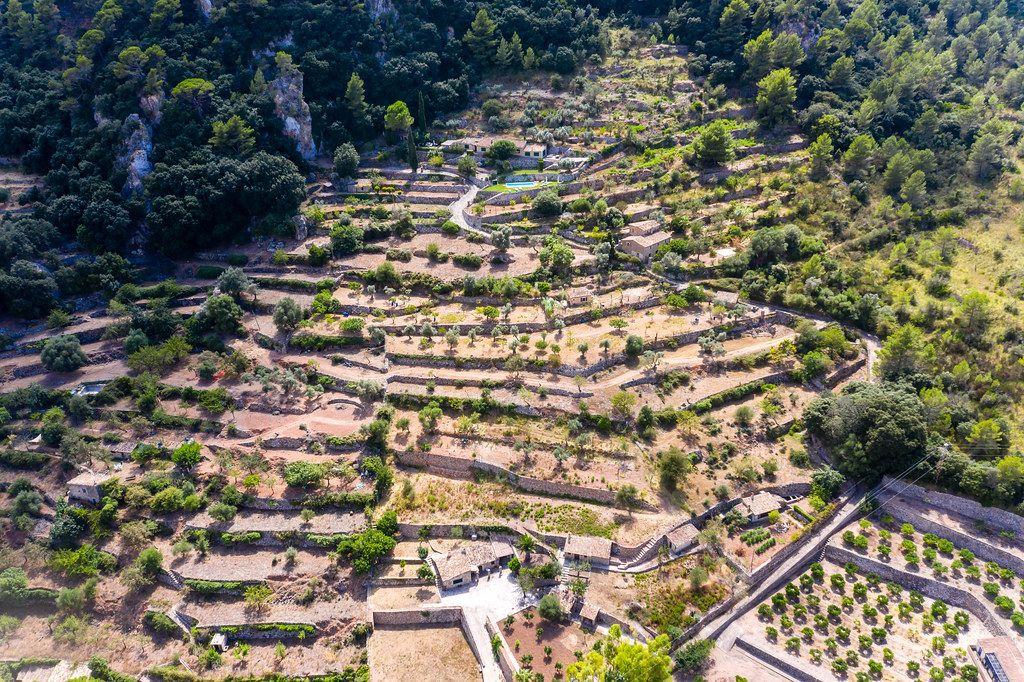 Haus mit Pool auf einem terrassierten Hügel in Valldemossa auf Mallorca. Drohnenaufnahme