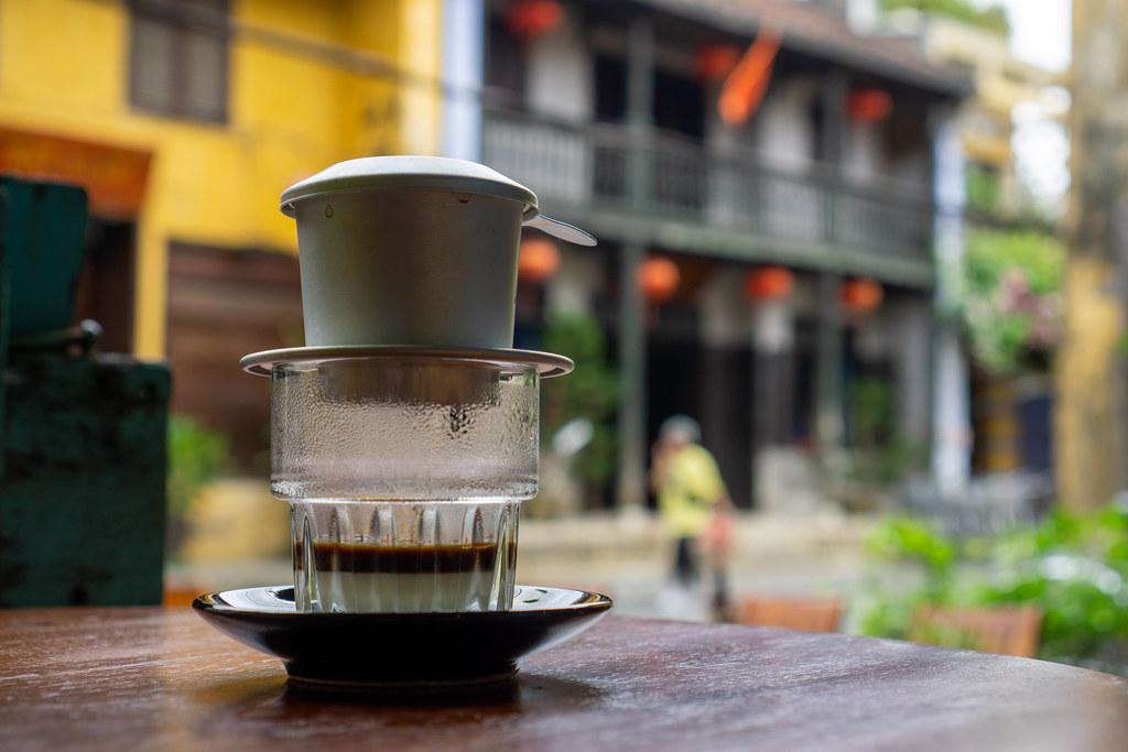 Heißer Traditioneller Vietnamesischer Filterkaffee mit gezuckerter Kondensmilch in einem Glas in einem Cafe in der Altstadt von Hoi An, Vietnam