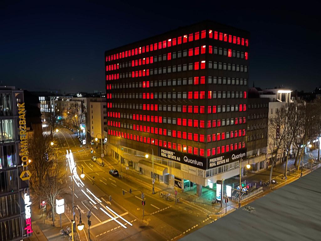 Herz und Kreuz in rot ziehren das leerstehende Gebäude am Friesenplatz in Köln im zweiten Lockdown
