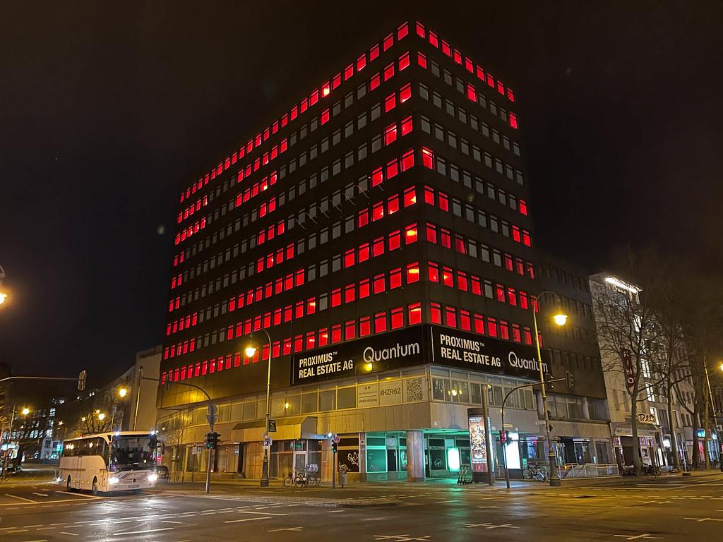 Herz und Kreuz Installation auf der Hochhausfassade am Hohenzollernring/Friesenplatz in der Corona-Zeit in Köln