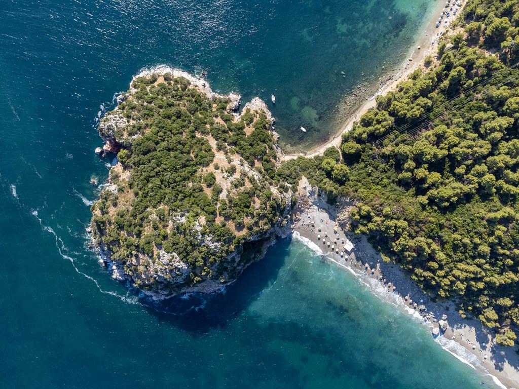 Herzförmige Halbinsel auf der Insel Skopelos: Draufsicht auf die Strände Velanio und Stafylos