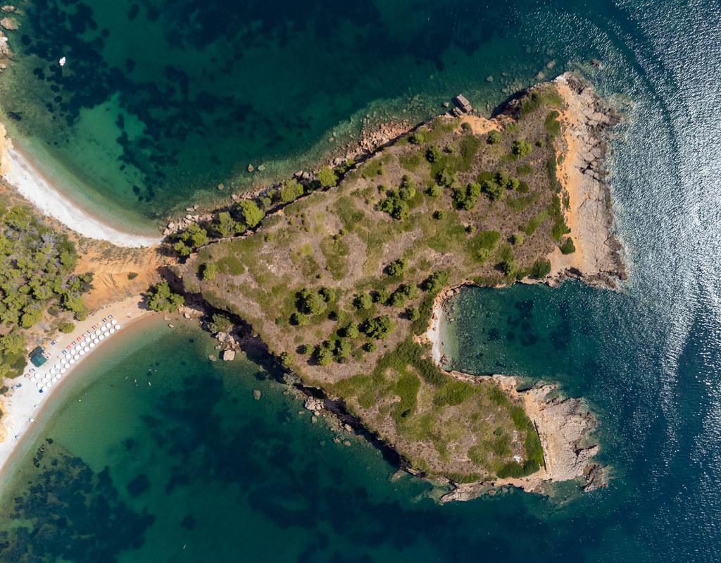 Herzförmige Landzunge mit rötlichen Klippen bei Kokkinokastro Strand, Alonnisos. Drohnenfotografie