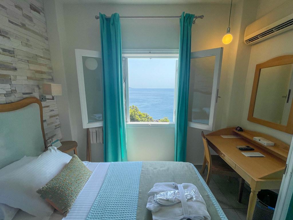 Hotelzimmer mit Meeresblick beim Ikion Eco Boutique Hotel, Alonissos, Patitiri, Griechenland