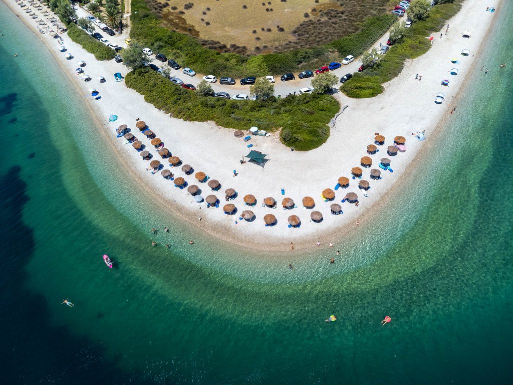 Hufeisenförmiger Strand mit türkisblauem Meer: Luftbild auf der griechischen Insel Alonissos