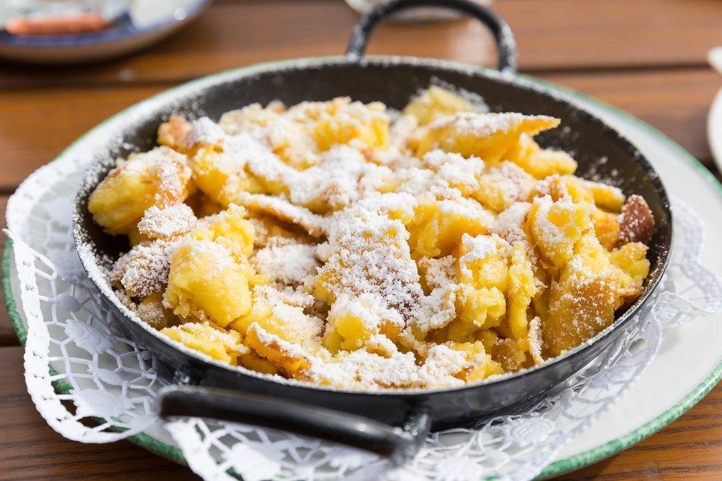Kaiserschmarrn in der Pfanne serviert: typische Süßspeise der österreichischen Küche