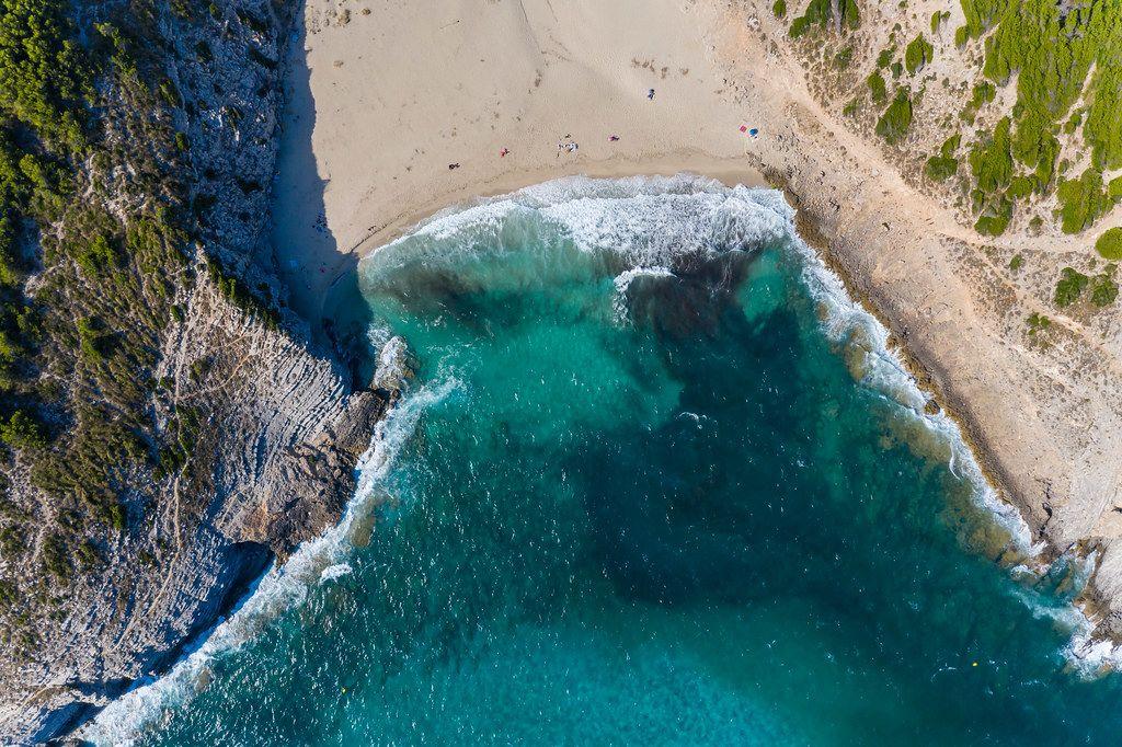 Kaum jemand am Strand. Sommer 2020 auf Mallorca. Cala Torta in der Nähe von Artà. Luftbild