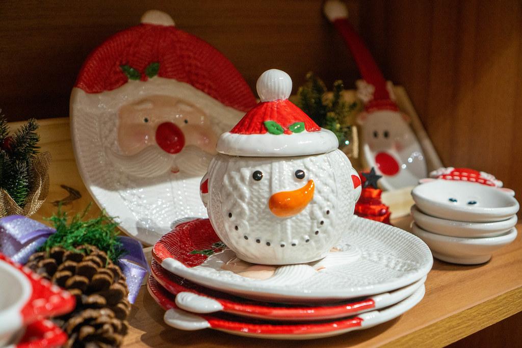 Keramik-Geschirr in Weihnachts-Design wie Teller als Weihnachtsmann oder ein Keramikgefäß mit Deckel als Schneemann zum Verkauf in einem Laden