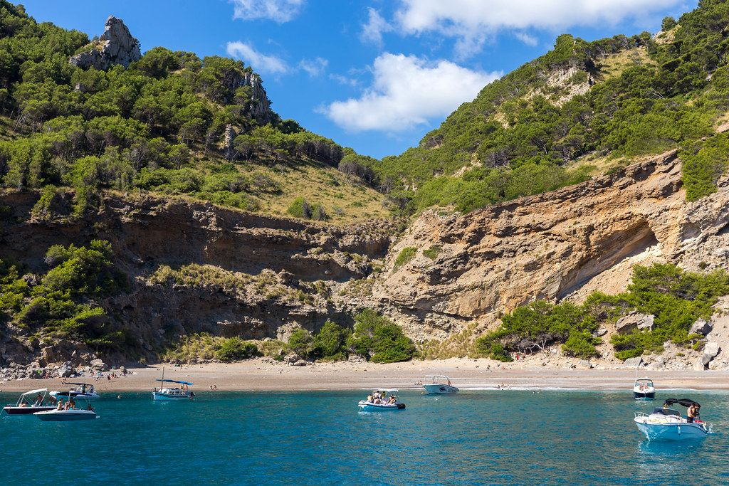 Kieselstrand bei Alcúdia auf Mallorca: Platja des Coll Baix, am besten mit dem Boot zu erreichen