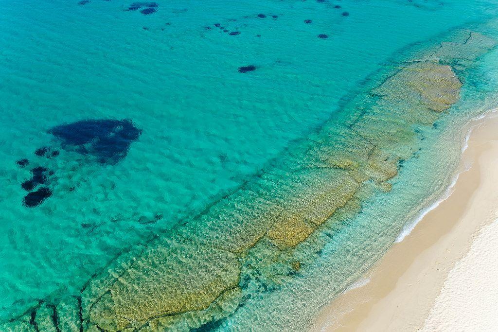Klares Wasser auf griechischen Inseln: traumhafter Strand ohne Menschen. Ferienparadies Naxos