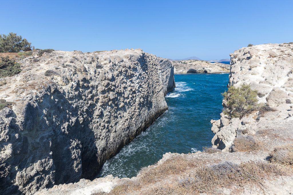 Klippen und die enge Bucht in Papafrangas an der Nordküste von Milos, Südägäis, Griechenland
