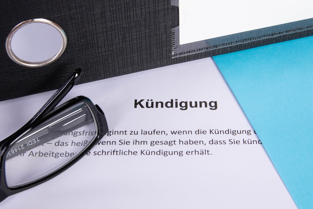 Kündigung document with glasses and document folder