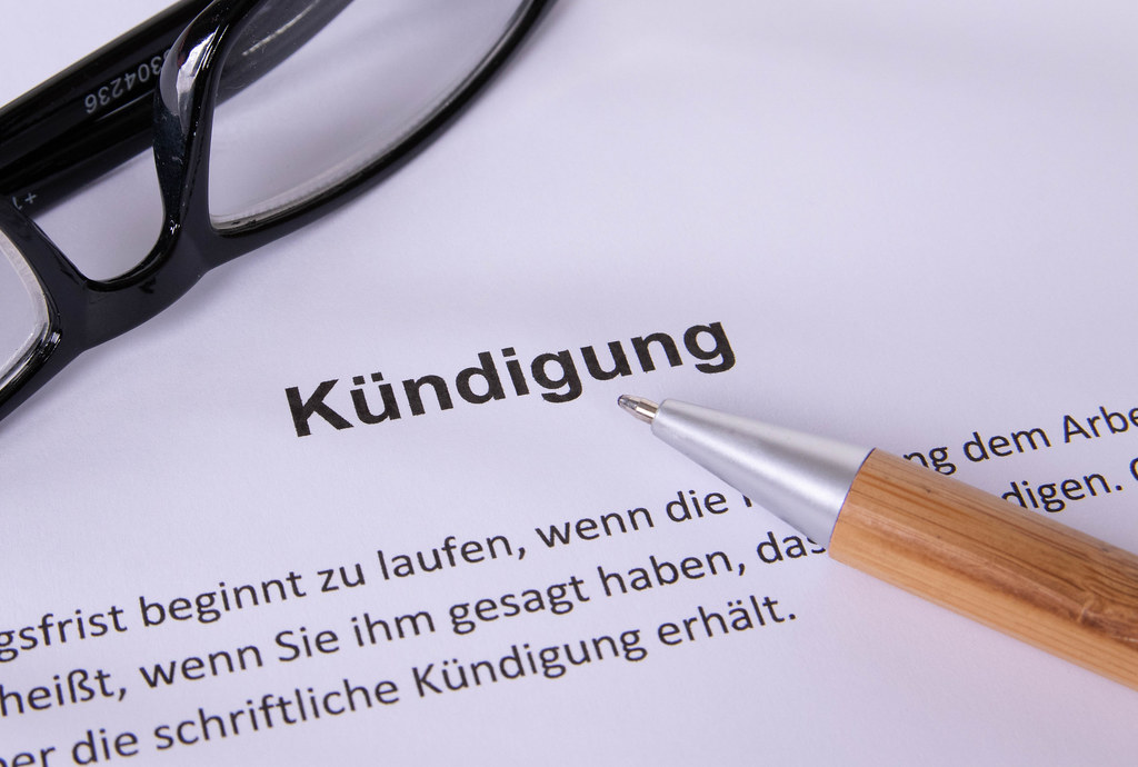 Kündigung document with glasses and pen
