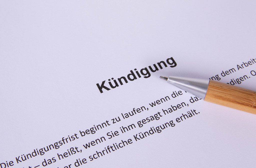 Kündigung document with pen
