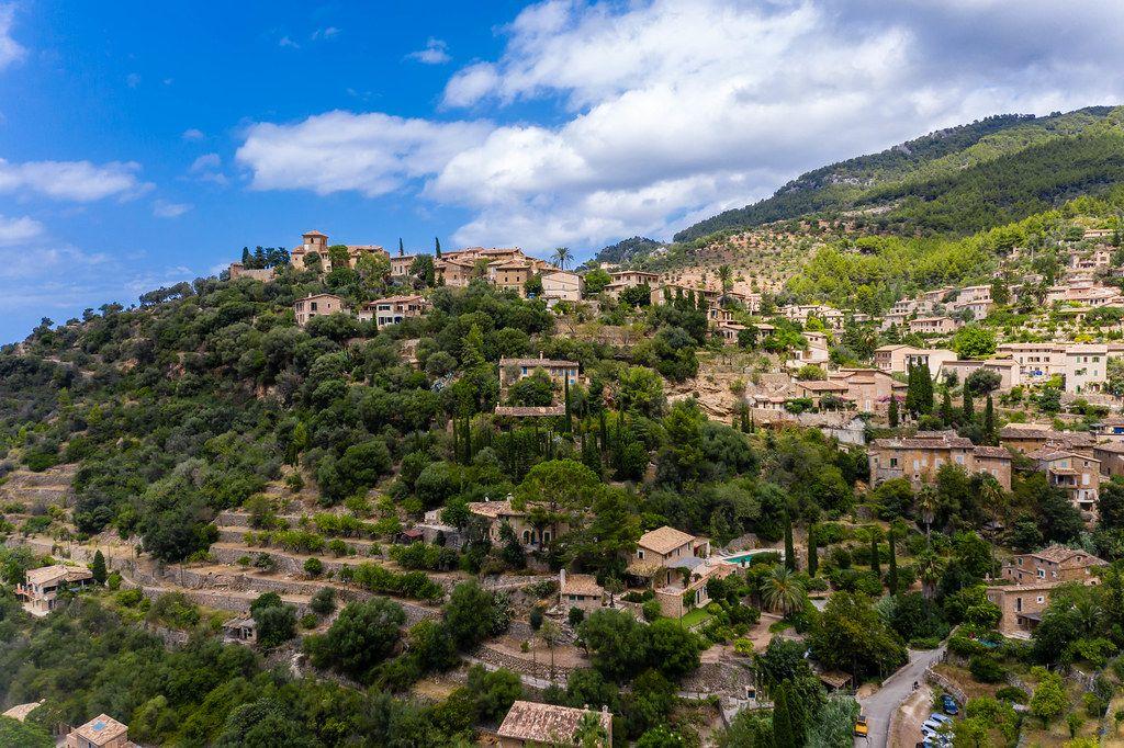 Künstlerdorf Mallorcas: Luftbild von Deià, wo unter anderen Picasso und Robert Graves gewohnt haben