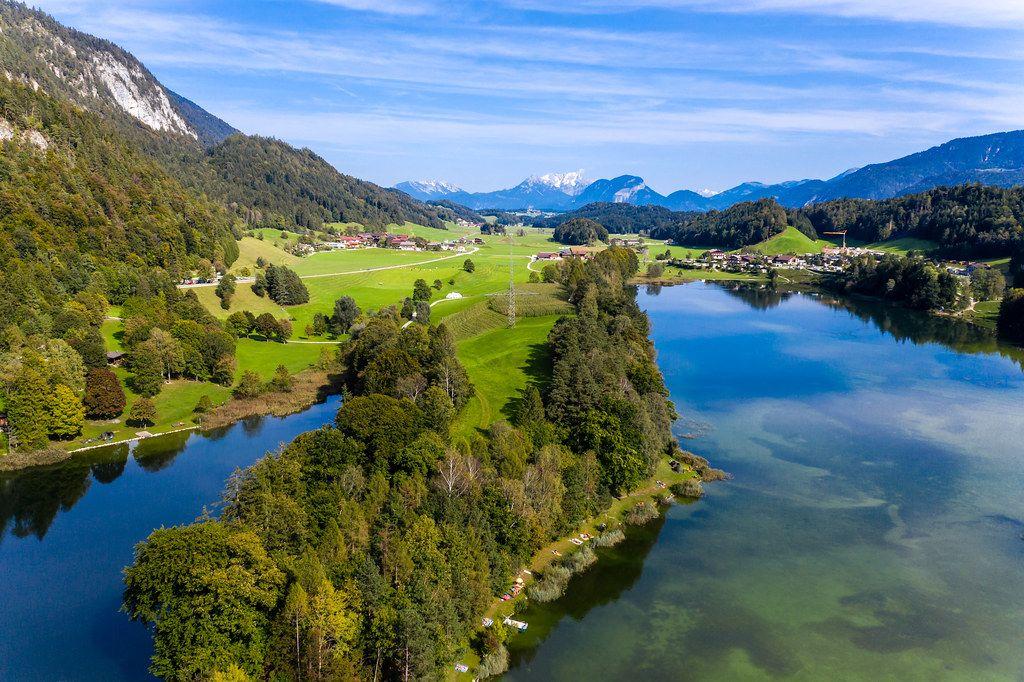 Landschaft in den österreichischen Alpen im Herbst: Reintalsee beim Seendorf Kramsach. Luftbild