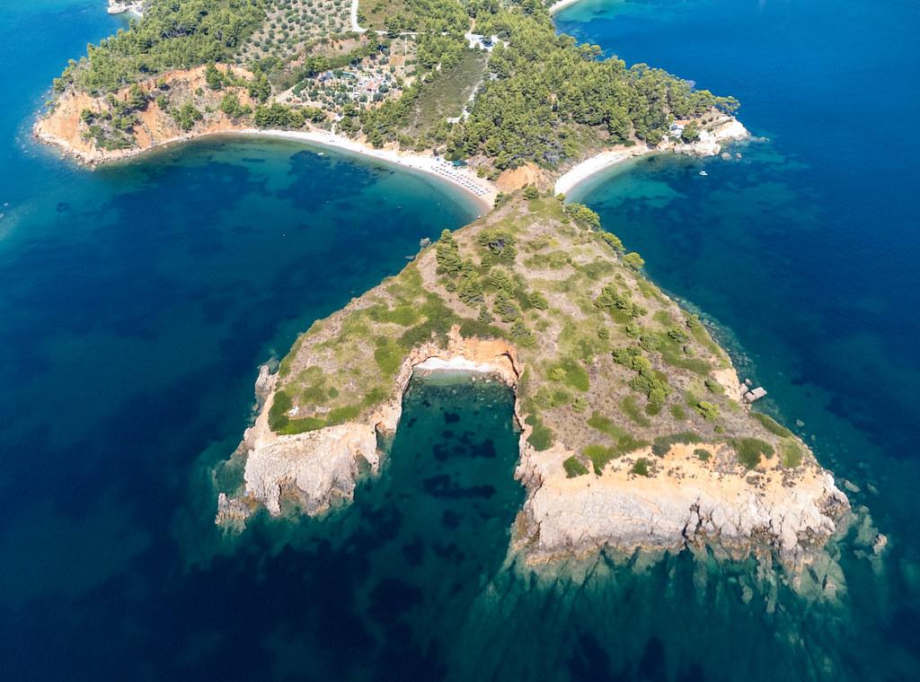 Landzunge, die eine Bucht bildet und zwei Strände voneinander trennt: Drohnenaufnahme bei Kokkinokastro
